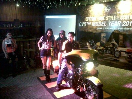Denny Aryadi ,Assistant General Manager PT. Mabua Harley-Davidson, memperkenalkan CVO 2012 kepada para jurnalis